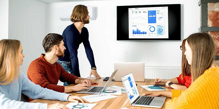 Screen mirroring presentation in an office